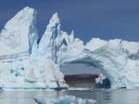 Turyści obserwują rozłam ogromnego mostu lodowego u wybrzeży Nowej Fundlandii
