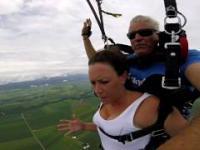 Dziewczyna traci przytomność podczas skoku na spadochronie w tandemie