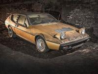 Kolekcja starych aut porzuconych w tunelu