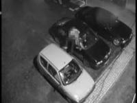 Chodził po aucie zaparkowanym pod kamerą