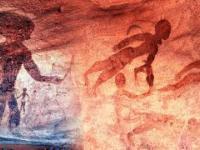 Starożytne petroglify przedstawiające humanoidalne istoty