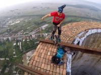 Zabawy oraz akrobacje na kominie o wysokości 256 metrów