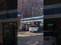 Czarnoskóra kobieta rozbiła samochód o stację benzynową i atakuje filmujących ludzi