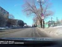 Kobieta wbiega pod samochód