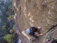Szaleniec bez liny wyprzedza zespół wspinaczy 100m nad ziemią