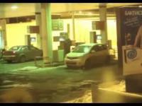 Kobieta myje przednią szybe benzyną z dystrybutora