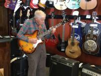 Dziadek w sklepie muzycznym