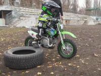 4-latek na motocyklu