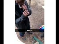 Bezdomny odpala papierosa paznokciem