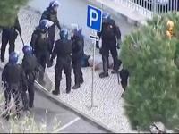 Kibic pluje na policjanta, po chwili zostaje sprowadzony do parteru