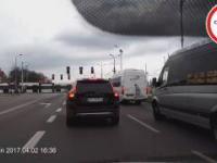 Kierowca Busa wyrzuca śmieci na ulicę