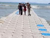 Pływający most, dzięki któremu suchą nogą dotrzesz z plaży na statek