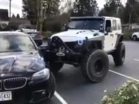 Kierowca Jeepa pomaga BMW zmieścić się w jedno miejsce parkingowe
