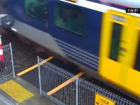 Roztargniona kobieta prawie rozjechana przez pociąg