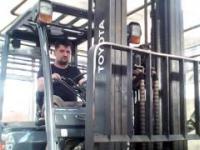 Jak podnieść monete z płaskiego betonu wózkiem widłowym