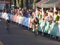 Kibic zabiera kolarzowi miejsce na podium