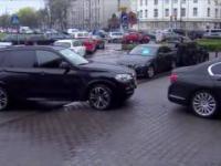 Stłuczka rządowych limuzyn na Nowogrodzkiej przy siedzibie PIS