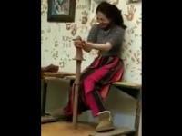 Kobieta próbuje sił w garncarstwie