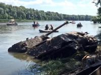Wyciąganie z rzeki starego czołgu T-34.