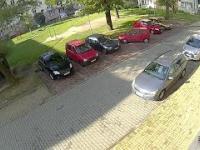 Kobieta wyjeżdża z parkingu