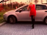 Prosty sposób na otwarcie auta z zatrzaśniętymi kluczykami :)