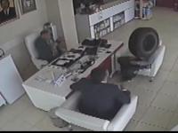 Urwanie koło z impetem wpada do apteki przez otwarte drzwi