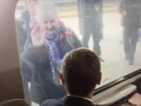 Fanka Donalda Tuska macha mu gdy ten siedzi w wagonie
