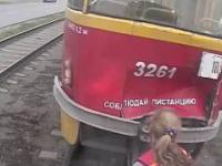 Gdy trzy kobiety próbują połączyć wagony w tramwaju