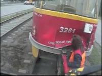 Kobiety podłączają tramwaj na hol