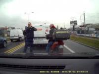Dwóch kierowców zatrzymuje pijanego osobnika na skuterze, miał 2,5 promila