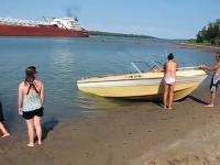 Efekt Venturiego - cofająca się woda przed statkiem