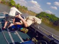 Atak hipopotama na łódź