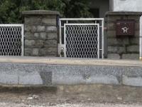 Wybudowano nowy chodnik tak, że teraz mieszkańcy nie mogą wejść do domu