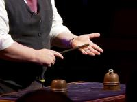 Szybkie dłonie zabawnego magika