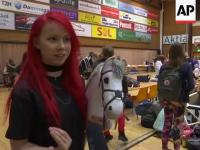 Fińskie różowe rywalizują w dorocznych mistrzostwach jazdy na koniach na patyku