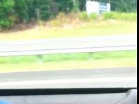 Niespotykany pojazd mknie przez autostradę