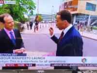 Dziennikarz BBC próbuje przepędzić kobietę z kadru
