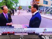 Dziennikarz BBC chce przepędzić kobietę z kadru
