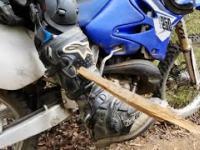 Motocyklista przebija noge kawalkiem drewna