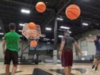 Koszykówka dla dużych chłopców gigantycznymi piłkami