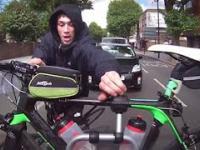 Idiota złodziej próbuje ukraść rower zamontowany z tyłu samochodu