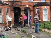 Dwóch agresywnych negroidów atakuje landlorda sprawdzającego stan mieszkania