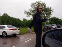 Kierowca daje nauczkę dresikom blokującym drogę