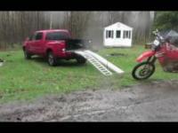 Pewien pan pokazuje jak sprawnie zaparkować crossa