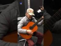 Melodia z Dobry, zły i brzydki mistrzowsko wykonana przez starszego mężczyznę