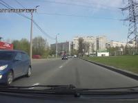 Dwie nastolatki wybiegają na ulicę zza stojącego autobusu