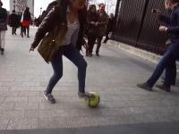 Ta arabska dziewczyna gra w piłkę nożną jak bóg