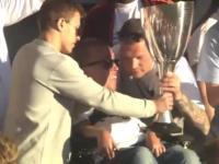 Kibic wykorzystuje okazję i ucieka z Pucharem Danii!