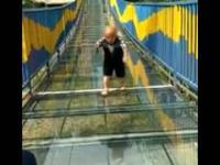 Karzeł Azjata nie może zejść ze szklanego mostu