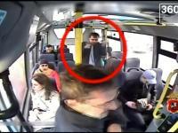 Złodziej dla zmyłki rozsypał w autobusie pieniądze i okradł dziewczynie torebkę